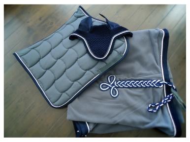 // Saddle pad - Fly hood - Fleece rug with velvet border //